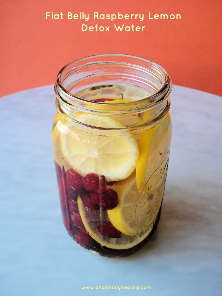 This delicious flat belly raspberry lemon detox water is so good and it gets results! #detoxwaters #infusedwaters