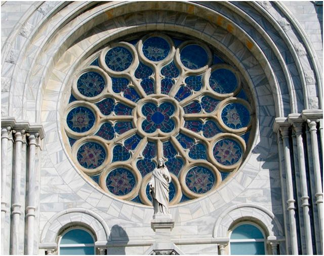 Круглые окна, расположенные в центральной части собора