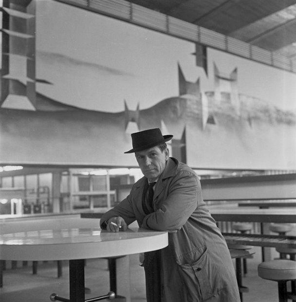 Gabriel Rechowicz w kawiarni w Supersamie, w tle dekoracja jego autorstwa - fotografia Eustachego Kossakowskiego z 1962 r. (otwarcie Supersamu)