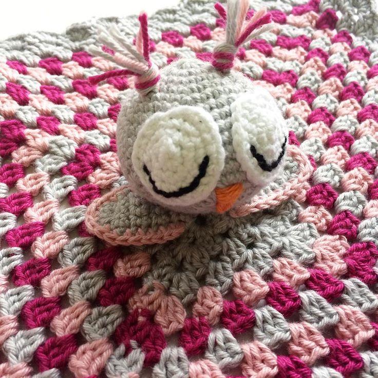 Virkad snuttefilt med en söt uggla ☺️ Crochet owl security blanket. -------------------------------------- #securityblanket #beautiful #adorable #handmade #inspoforkiddos #inspoforflickor #nurseryinspo #newborn #babygift #etsyshop #etsy #nurserymobile #stroller #babyboy #babygirl #baby #owls #nurserydecor #nursery #babyshower #barnrumsinspo #bebis #gravid #bf2017 #bf2016 #snuttefilt #barnevogn #klapvogn #lastenrattaat