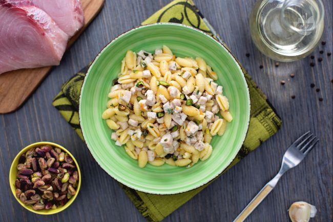 Un primo piatto prelibato per palati sopraffini o per chi vuol provare il connubio pesce e frutta secca: gnocchetti sardi con pesce spada e pistacchi!