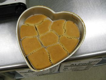 This link does not work- but I love how easy this picture makes it...ITS GENIUS! To create easy to decorate pull-apart cupcake cakes, place the liners into shaped pans. Then, pour the cupcake batter in and bake. The cupcakes will conform to the pan and create different shaped cupcakes that are still easy to separate.