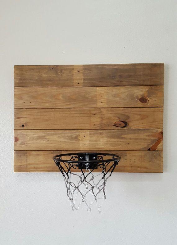 Basket en bois récupéré. Mural panneau de Basketball bois palette monté et la jante.