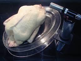 32 - Se toma un pato vaciado en su interior (es decir, sin las vísceras) al que previamente se le han tapado todas las aberturas y se infla hasta que se asemeja a un globo, de esta forma se separa la carne de la piel y se fríe.
