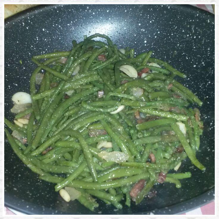 Fagiolini saltati con aglio, guanciale e pinoli