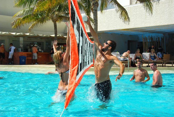 Having fun at the pool!  ¡Divirtiéndote en la piscina!
