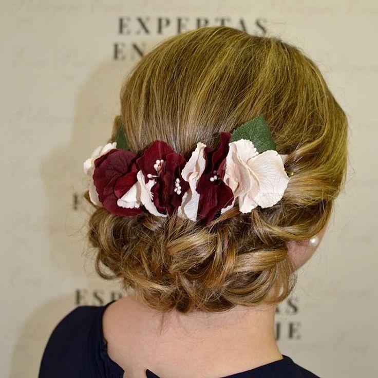 Recogidos bajos que son ❤  Sobre todo cuando combinan rubios preciosos con flores... ¡espectacular!  #evapellejero