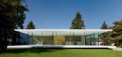 A Staatliches-Bauhaus foi uma escola de design, artes plásticas e arquitetura de vanguarda na Alemanha, tendo sido pioneira no Modernismo. Foi a primeira escola de design do mundo, fundada em 1919 e que até hoje inspira tendências! Confira no link: