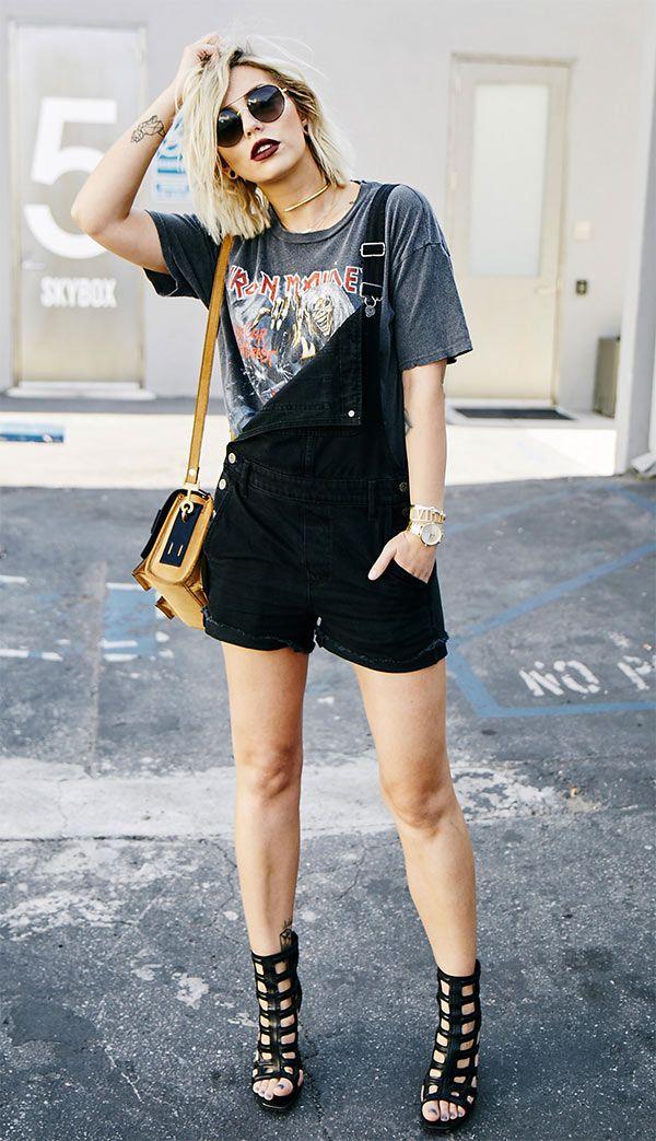 Street style look com jardineira: Que tal acrescentar um salto poderoso ao combro de jardineira + camiseta? Rola até um look balada para as noites quentes, hein?
