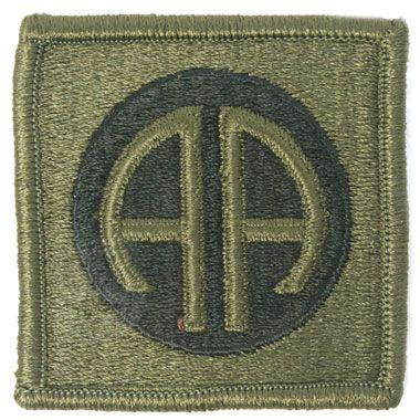 米軍放出品 軍用実物  アメリカ陸軍 第82空挺師団 ミリタリーワッペン  第82空挺師団のミリタリーワッペンです。エンブレムのAAはニックネームのオールアメリカン(All American)からとったものだそうです。  ※画像でもご覧頂けますが、ベルクロは付いておりません。  予めご了承下さいませ。  【サイズ】 サイズ:約5.9×5.8cm