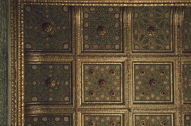 SPA Imagen 2719 con techo desde el Alcázar, en Sevilla, España, mostrando Modelo geométrico utilizando tallada, con incrustaciones o madera pintada.