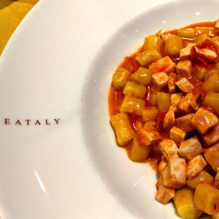 #Roma genereuse Voilà une belle assiette de pâtes chez #eataly Gnocchetti avec petites tomates et espadon 🐟. Gnam! À bientôt sur #veraitalia 🇮🇹 avec ma 24 gourmande. Bon plans et tables à tester. #pasta #pastaaddict #pastaporn #healthy #healthyfood  #ricette #piattiitaliani #homemadedish #slowfood #realfood #italianfood #italy #italian #foodie #foodlover #instafood #foogasm #foodie #instafoodlover #foodporn #foodblogger #delicious #gnam #foodpic #slurp #pastaaddiction