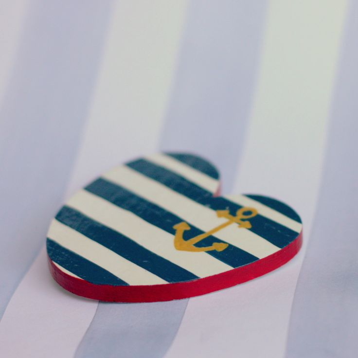 Malovaná brož - námořnická Ručně malovaná brož z topolové překližky. Barvy modročervené se zlatou kotvou. Rozměry 6x6 cm, zapínání na brožový můstek. Dekorovaná je speciálními barvami, poté přelakovaná, snese tedy lehký déšť. Námořnické náušnice do sady naleznete zde.