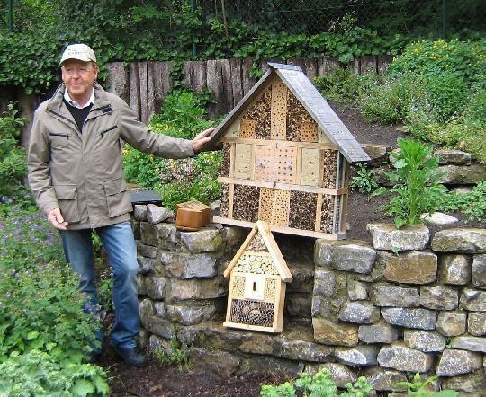 This elemtary school in Germany is nit afraid of attracting wild bees.    Stadt Gütersloh - Schulgarten der Anne-Frank-Gesamtschule