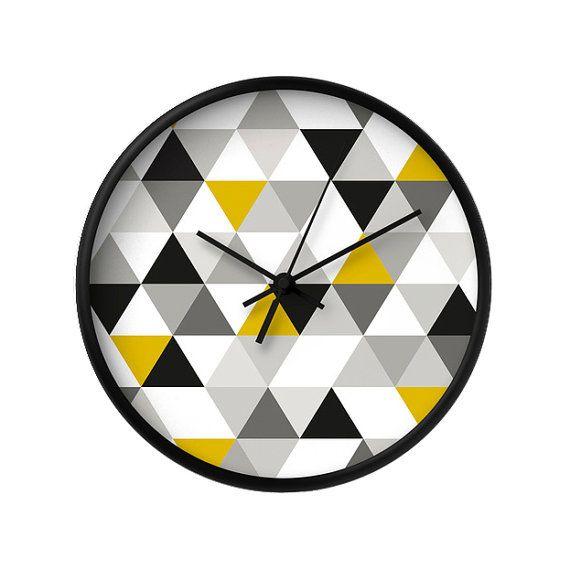 Mitte Jahrhundert geometrische Wanduhr mit schwarz, weiß und Senf gelb Dreiecke.  Wenn Sie dieses Design in ein Kissen werfen möchten, klicken Sie
