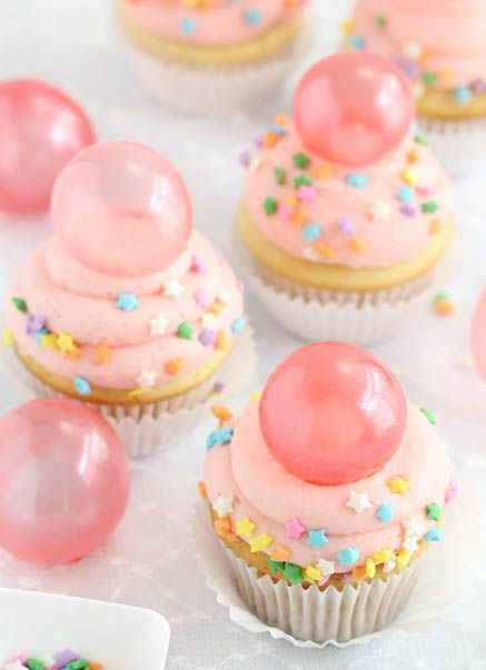 Bubble Gum Frosted Cupcakes #DIY #gelatin #bubbles