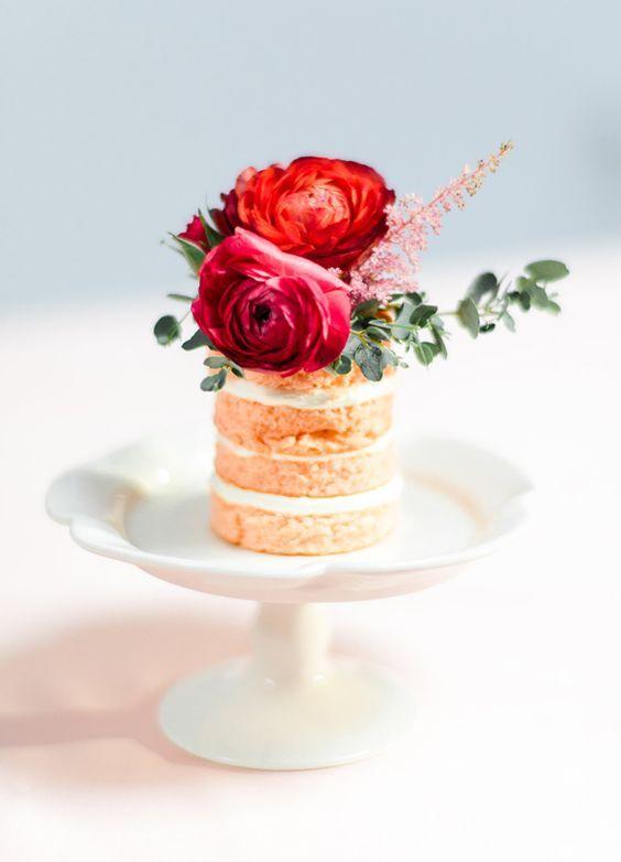 Mini naked cake decorado com flores naturais - que bela ideia para o bolo dos noivos em porções individuais!