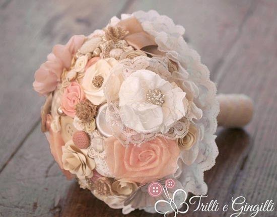 Bouquet in tessuto rosa e champagne con fiori, bottoni, fiocchi. Bride bouquet with pink and white fabric flowers. #wedding
