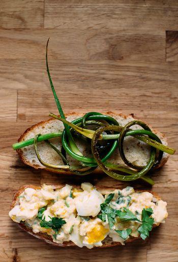 卵サンドに葉にんにくのソテーを加えれば、一気にオシャレなサンドウィッチに変身します。卵サンドにはレモンをきかせて、ちょっとお味噌を入れます♪