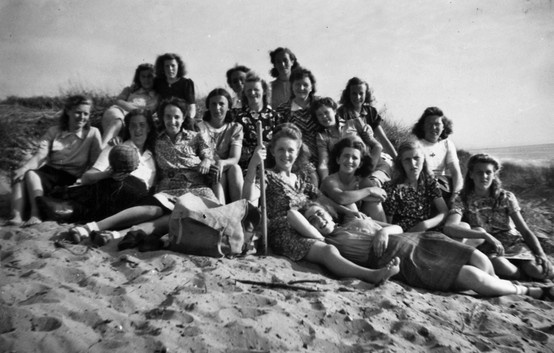 #beach #summer #historical #photograph #strand #zomer #historisch #foto #Verkade #meisjes van #Verkade #girls #verkade '60s