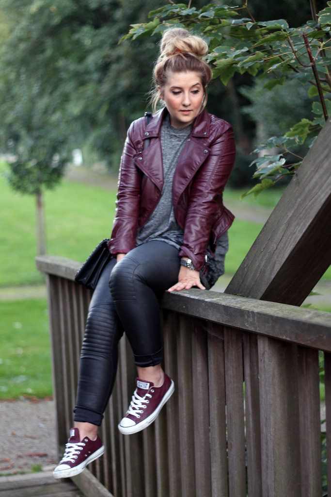 Outfit: Weinrote Lederjacke und Converse Low