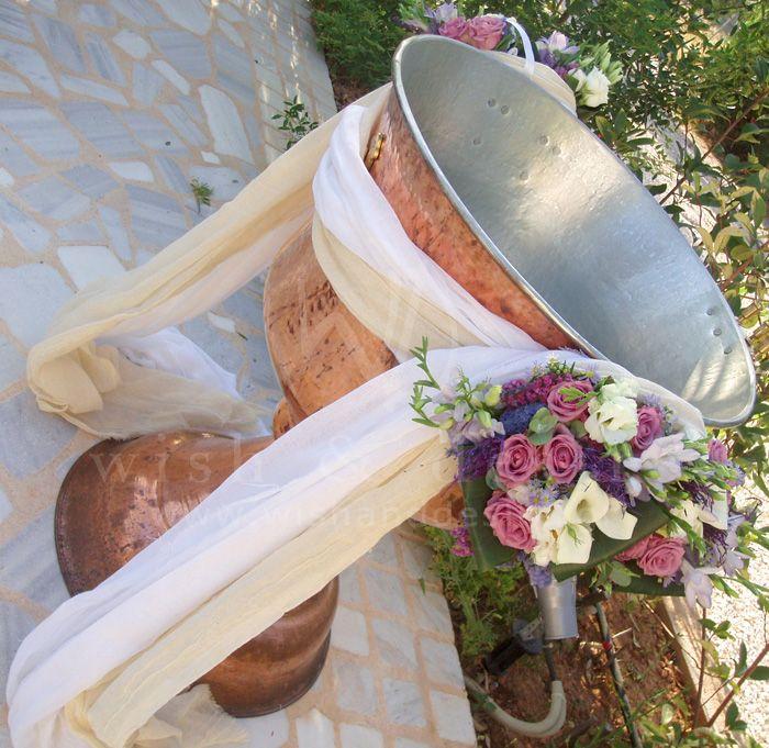 #στολισμος βαπτισης κολυμπίθρα με 2 μπουκέτα λουλουδιών και πέρασμα υφάσματος γάζας σε λευκό και εκρού