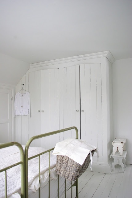 Fröken Knopp: garderob delvis under snedtak
