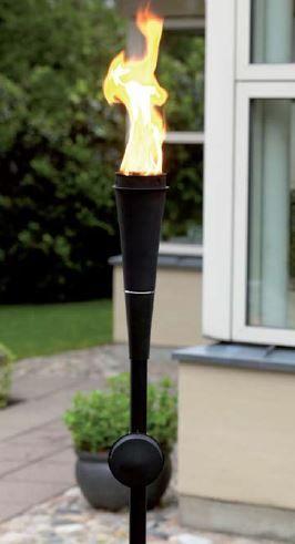 Gartenfackel aus Metall in schwarz - Die Fackel wird mit Öl betrieben und kann mehrere Stunden lang brennen.
