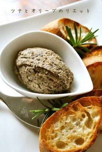 ツナ缶とオリーブで作るパテ。買い置きしておける食材で作れるから、急な来客のときにも重宝します。ニンニクを使わないので、朝食にもぴったりの一品です。