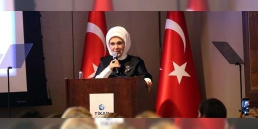 """""""Brooklyn Köprüsü tanklarla kapatılsaydı ABD ne yapardı"""": Cumhurbaşkanı Recep Tayyip Erdoğan'ın eşi Emine Erdoğan Birleşmiş Milletler (BM) Genel Kurulu görüşmeleri haftasında New Yorkta Türkiye İşkadınları Derneği (TİKAD) tarafından düzenlenen """"Büyüyen Türkiye Gelişen Demokrasi"""" başlıklı konferansta konuştu."""