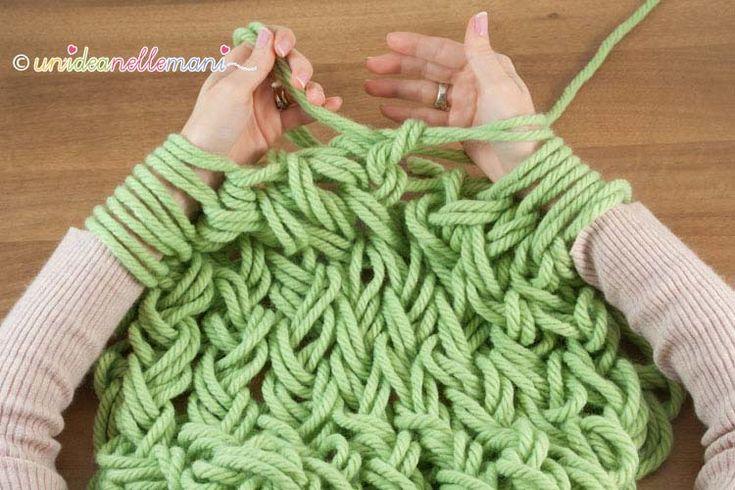 Fare la maglia senza ferri è veloce e divertente. Ecco un tutorial con foto e spiegazioni per imparare la tecnica arm knitting e fare una bella sciarpa.