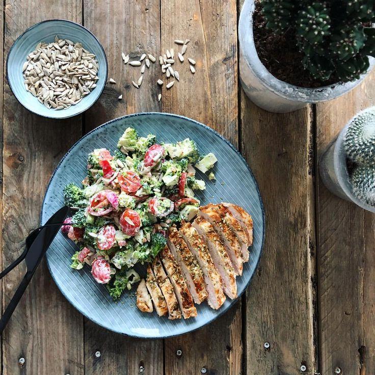 Broccolisalat opskrift: små broccoli stykker(skyllet over med kogende vand i en si), rød peber, tomat, æble, forårsløg, og solsikkekerner. Dressing: @cheasy fraîche 5%, lidt sennep, æbleeddike, honning, citronsaft, salt, peber, paprika. En god dressing der kan bruges til alverdens ting☝🏻😋 Dertil til kylling, skær den evt i tern og mix den med din lækre salat! Broccolisallad recept kvarg fav