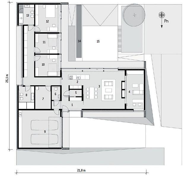 Plan domu. Rzut parteru: 1. hol 8,8 m2; 2. kuchnia 11,8 m2; 3. salon z jadalnią 49,1 m2; 4. pokój video 20,3 m2; 5. spiżarnia 2,4 m2; 6. WC 3,5 m2; 7. pomieszczenie techniczne 10,5 m2; 8. łazienka z dwiema saunami 10,4 m2; 9, garaż 45,5 m2; 10. sypialnia 16,1 m2;  11. sypialnia 14,9 m2; 12. sypialnia 20,6 m2; 13. łazienka 9,3 m2; 14. sadzawka z płynącą wodą 8,9 m2; 15. taras 36,0 m2