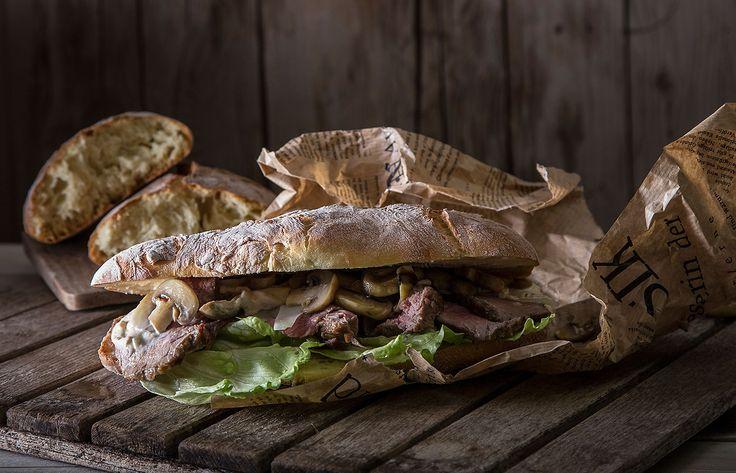 Roast beef σε ψωμί τσιαπάτα με μαγιονέζα καπνιστής πανσέτας