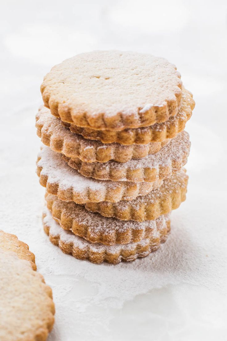 Simple, buttery vegan shortbread cookies, perfect for Christmas or to give as gifts!