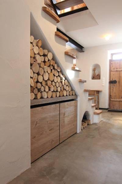 Treppenhaus mit Holz und Stein