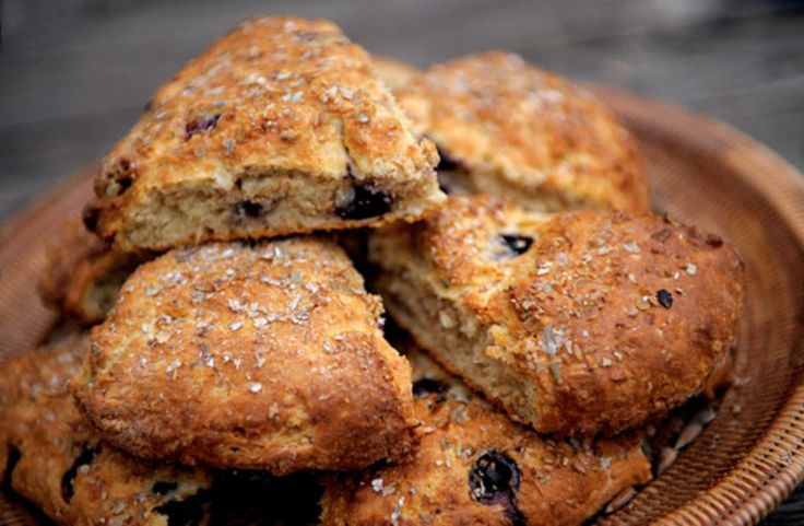 "Scones er et britisk bakverk med skotsk opprinnelse. Scones er enkle og raske å lage ettersom bakepulver brukes som hevningsmiddel. I England er scones et fast innslag til ""afternoon tea"".Kilde: Stavanger Aftenblad. Foto: Jan Inge Haga"