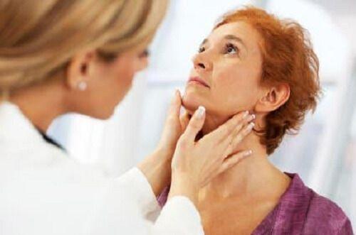 La thyroïde est une glande qui a la forme d'un petit papillon, et qui est située juste dans le cou, au-dessus de la trachée.