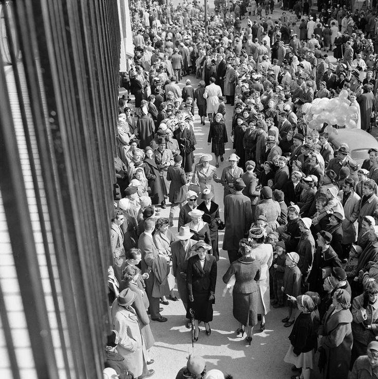 Hattparad på Vällingby Torg, Vällingbyplan. Foto: Åke Blomquist, 1955.