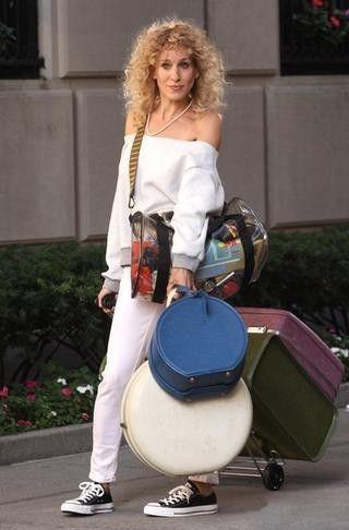 Moda anni 80, Sarah Jessica Parker interpreta carrie bradshaw  agli inizi della sua carriera.. è lo fa in modo impeccabile look , assolutamente cool !! gli anni 80 stanno ritornando!!!