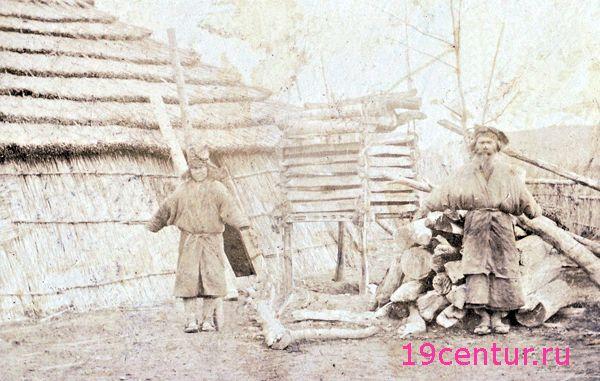 Айны во дворе своей хищины. 19 век.