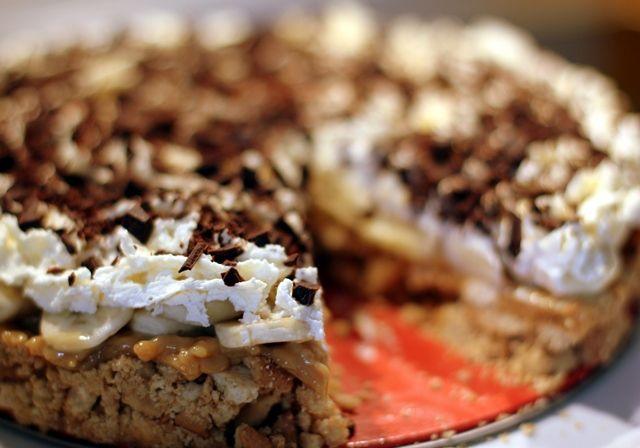 Det er verdens nemmeste kage, da den ikke skal bages - til gengæld er den voldsomt go' og så egner den sig suverænt til en amerikansk-fodbold-aften med drengene!   Sæt igang: 4.3 from 3 reviews Print Banana Toffee Pie Forfatter:Gastromand.dk Kategori:Dessert Køkken:Amerikansk Antal personer:8  Ingredienser Ca. 100 g smør 300 g knuste Digestive…