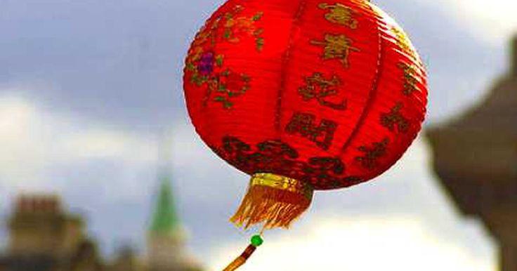 Cómo hacer faroles chinos de alambre. Aún cuando tu única experiencia con la cultura china haya sido aprender a comer lo mein con palillos, es difícil no enamorarse del romance y del color de la espléndida herencia china. Son particularmente dignos de mención los faroles de papeles exóticos y alambre hechos para decorar las celebraciones comunitarias. Canaliza tu mandarín interior ...