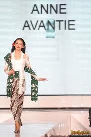 lady in kebaya and batik sarong