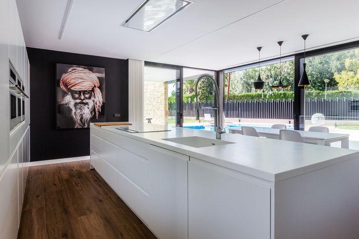 Cocina moderna con isla en vivienda de diseño de Chiralt Arquitectos Valencia