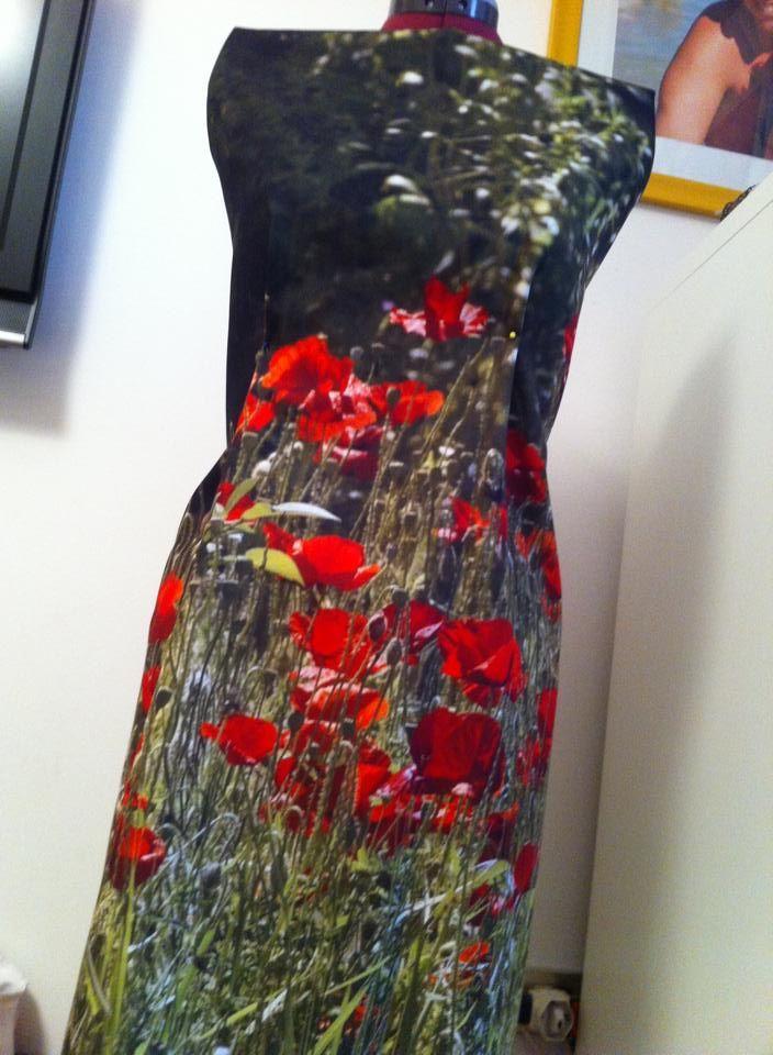 Un vestito creato da un nostro cliente grazie alla stampa su tessuto che offriamo! Un vestito di fiori davvero originale!