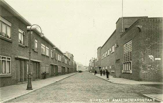 Amaliadwarsstraat met de RK scholen St. Gerardus Majella voor jongens en St. Anna voor meisjes.