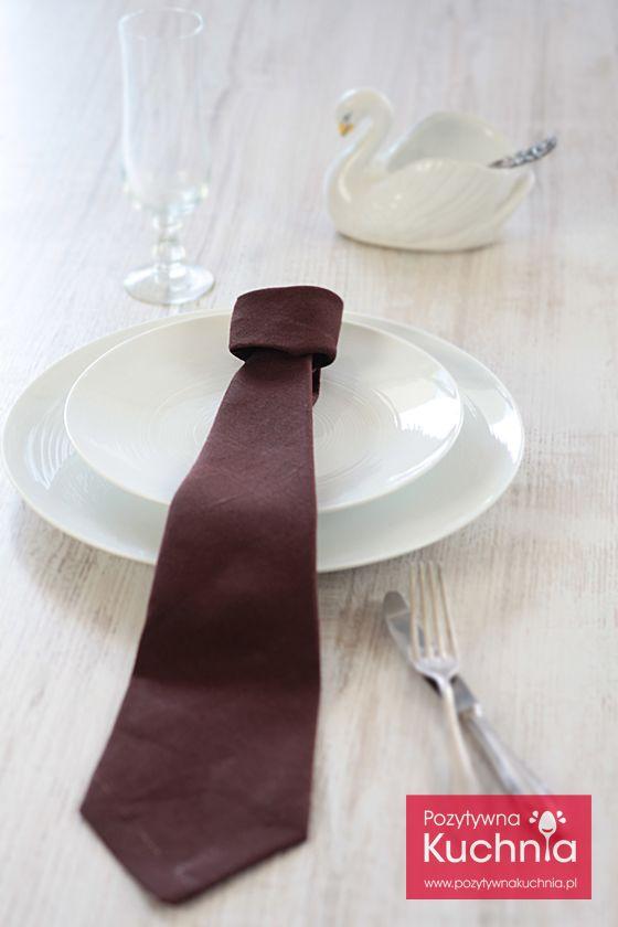 #poradnik jak złożyć serwetkę w krawat - instrukcja krok po kroku  http://pozytywnakuchnia.pl/serwetka-krawat/  #home #decor #dom