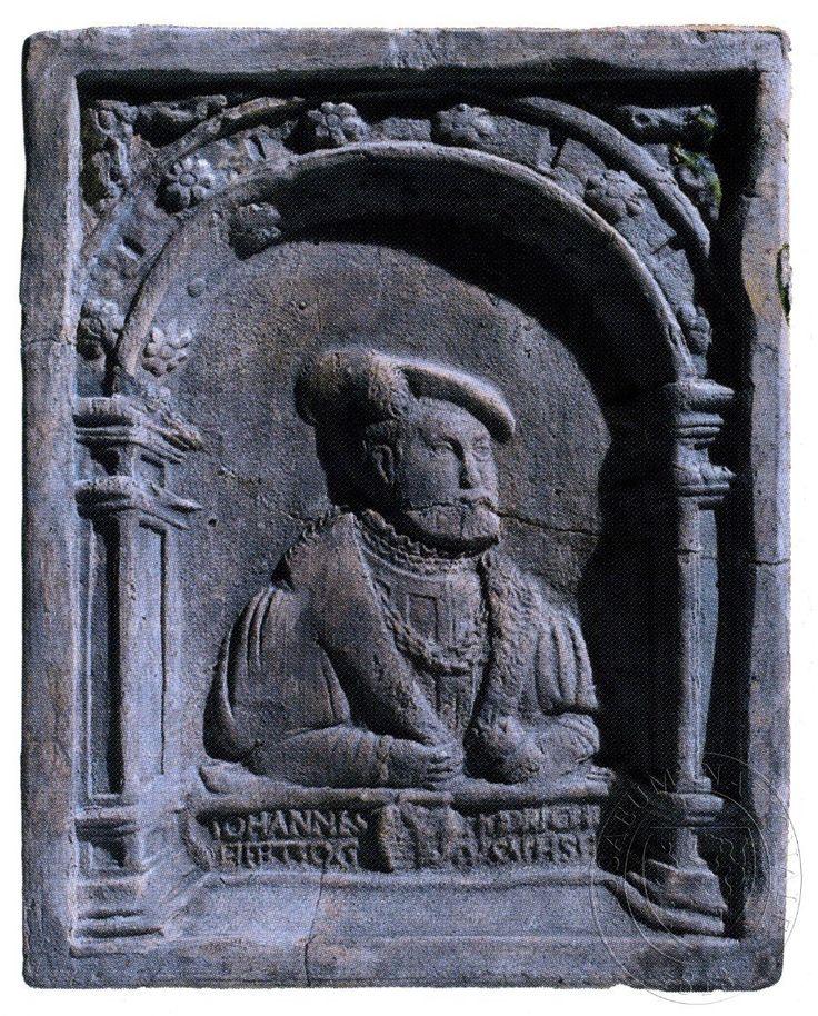 """Jan Fridrich - kurfiřt saský. Dole nápis: """"IOHANNES / FR(IE)DRICH / HERTZOG/ VSACHSE(N)"""", přerušený znakem saské routové koruny."""