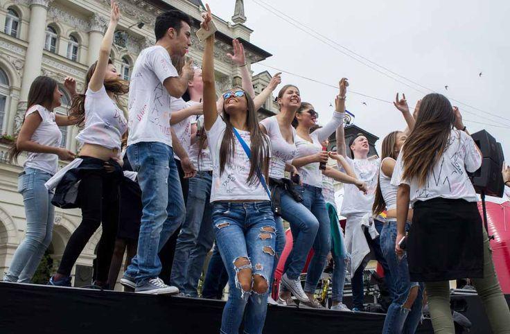 Maturanti Novi Sad: ples 100 vršnjaka #maturanti #novisad #slike #luftika http://www.luftika.rs/slike-video-maturanti-plesom-pokorili-novi-sad/